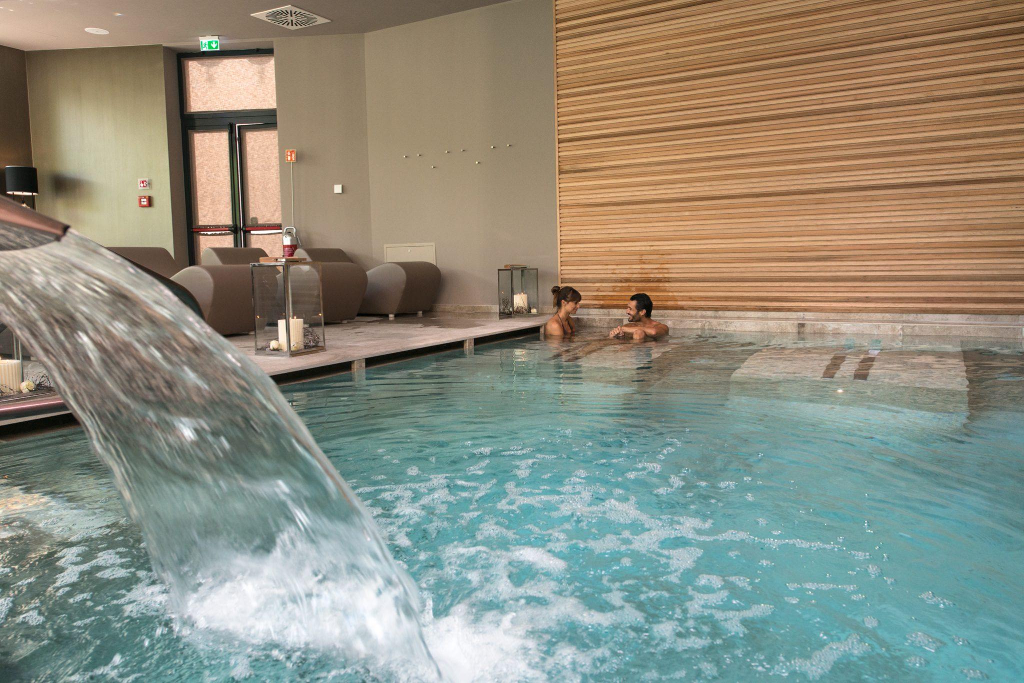 Piscina riscaldata a 35° con lettini idromassaggio di coppia, panca idromassaggio, getti d'acqua massaggianti